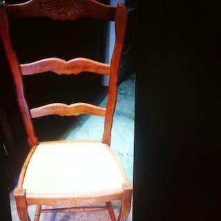 6 chaises et 1 table...
